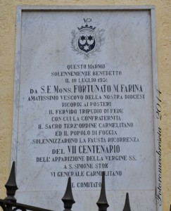 Epigrafe con stemma dell'Ordine dei Carmelitani, affissa in occasione del VII centenario dell'apparizione della SS. Vergine del Carmelo a S. Simone Stok.  (foto Romeo Brescia)