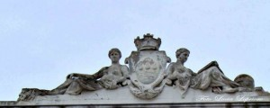Fastigio con stemma civico in pietra