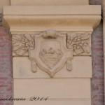 Palazzo delle FF. SS. – Stemma civico sulla lesena (foto Romeo Brescia)