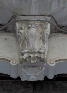 stemma abraso scolpito sulla mensola