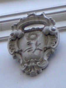 stemma in pietra abraso