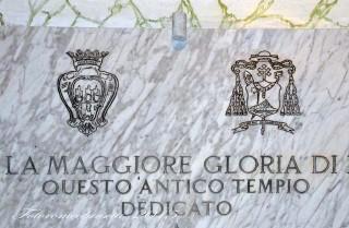 Basilica Cattedrale – particolare dell'epigrafe con gli stemmi della città di Foggia a sinistra, del vescovo mons. Lenotti a destra.