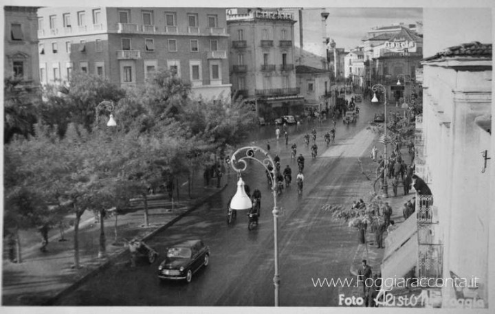 Sfilata dimostrativa in Piazza Giordano